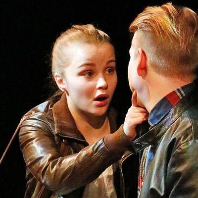 Jenni Heikkinen ja Niki Räsänen näyttelevät lavalla.