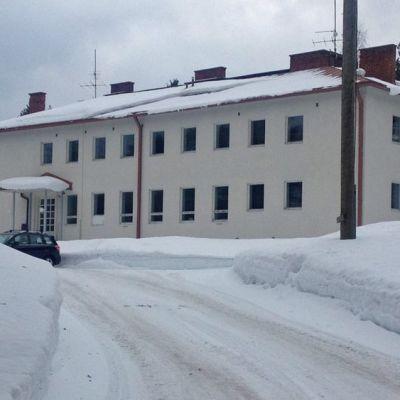 Sakaran koulu ulkoa kuvattuna.