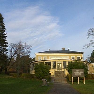 Hietalahden Villan puolipyörä iso sali puistosta nähtynä.