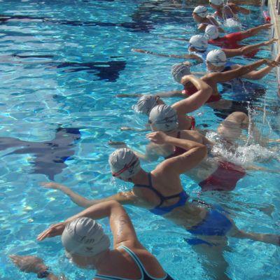 Uimarit lähtövalmiina altaassa.
