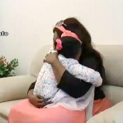 Oumoh-tyttö pääsi äitinsä syliin viiden kuukauden erossa olon jälkeen maanantaina Palermossa Italiassa.