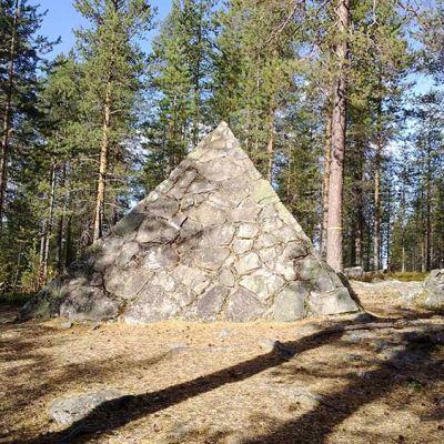 Pellon Kittisvaarassa on yksi Maupertuis'n astemittausten muistomerkeistä.