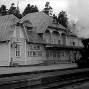 Höyryveturi saapuu Savonlinnan juna-asemalle