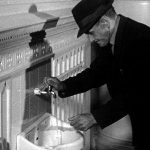 Mies pesee käsiään