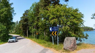 En kurvig väg på Emsalö.