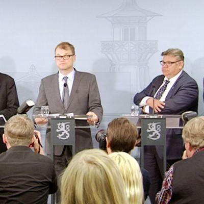 Juhani Salonius, Juha Sipilä, Timo Soini ja Alexander Stubb tiedotustilaisuudessa Kesärannassa