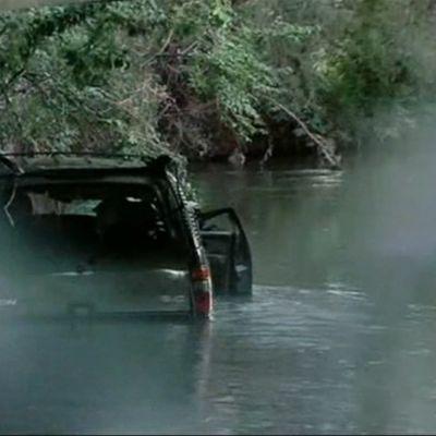 Auto joessa.