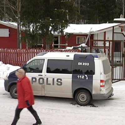 Poliisi ratsaa Hells Angels MC Carelian tiloja Lappeenrannassa.