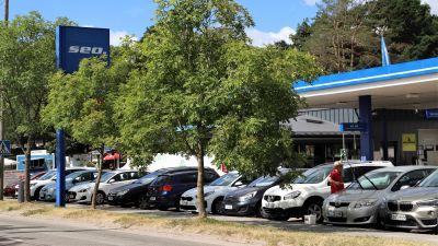 Bilar som står parkerade framför en bensinstation i Nagu Kyrkby.
