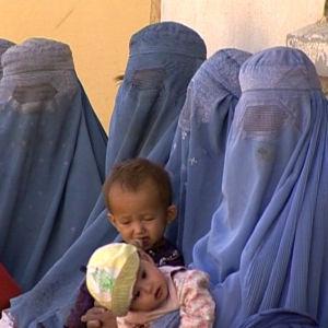Afgaaninaisia lapsineen ohjelmassa Silminnäkijä: Kabul vuonna yksi (2002)