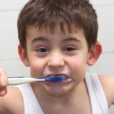 pojke som borstar tänderna