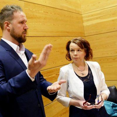 Vasemmistoliiton Kari Uotila (vas.), vihreiden Touko Aalto ja sdp:n Pia Viitanen esittelivät puolueidensa yhteisen vastalauseen lisätalousarvioon eduskunnan Pikkuparlamentissa Helsingissä 29. kesäkuuta.
