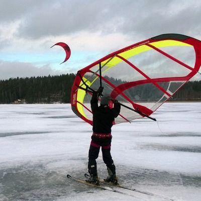 Talvisurffausta kitewing-purjeella ja leijalla
