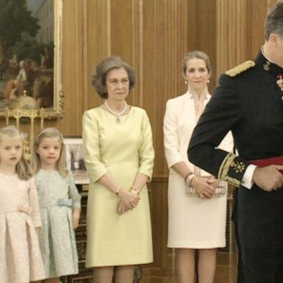 Felipe VI sai isältään puolustusvoimain ylipäällikkyyden kuninkaallisen perheen kodissa Zarzuelan palatsissa.