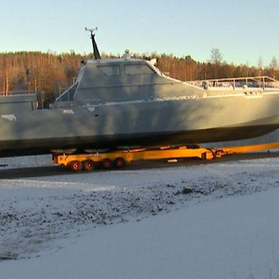 Maihinnousuveneen prototyyppi lumisella pihalla.