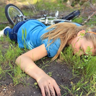 En flicka som varit i en cykelolycka.