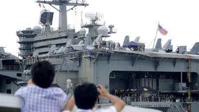 Vietnamesiska journalister fotograferade USS Theodore Roosevelt i hamnen i Da Nang, Vietnam den 4 mars.