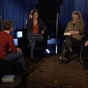 en grupp med folk som diskuterar