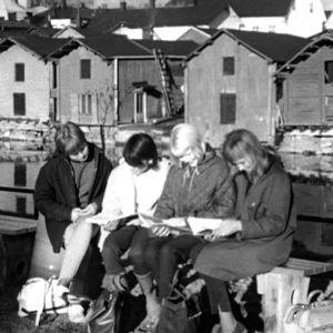 Tytöt odottavat junaa Porvoon juna-asemalla