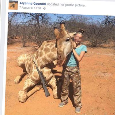 Tyttö kuolleen kirahvin kanssa
