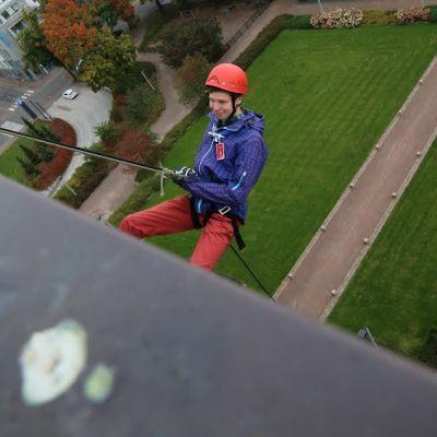 Uudenmaan partiopiirin Matti Sippola laskeutui lauantaina Kotkan kaupungintalon katolta valjailla.
