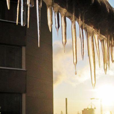 Jääpuikkoja rakennustelineessä, taustalla Ratinan stadion.