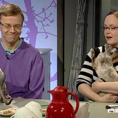 Alexandra Antell har hittat katter som passar henne trots att hon är allergiker. Till vänster allergiläkare Mikael Kuitunen. Bild: Cityportalen Ab