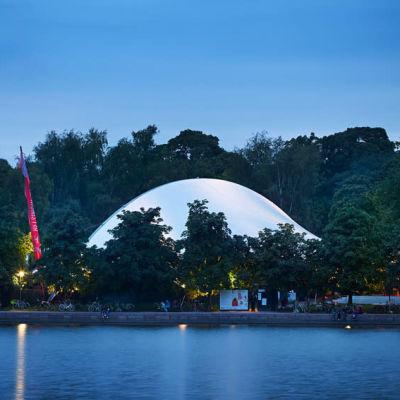 huvila tältet sett över vattnet under kvällstid