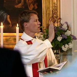 Pappi siunaa Pyhän Henrikin pyhiinvaellukselle lähtijät ensimmäisenä päivänä.