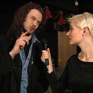 Juha Lehti laulaa ja lauluja tekee Sir Elwoodissa, Maria häntä jututtaa