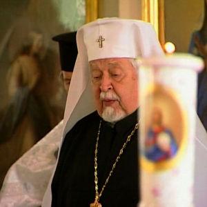 Ortodoksinen isä pitää jumalanpalceluksen Turun ortodoksisessa kirkossa Pyhän Henrikin vaelluksen kahdeksantena päivänä.