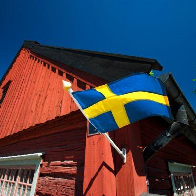 sveriges flagga på falurött hus
