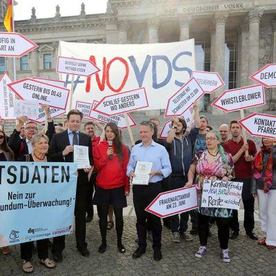 Mielenosoittajia Berliinin Valtiopäivätalon ulkopuolella kesäkuussa 2015.