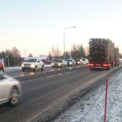 Kuolonkolari nelotiellä Olhavan suoralla ruuhkautti liikenteen ja jonot olivat pisimmillään liki 15 kilometrin mittaisia 3.12.2015.