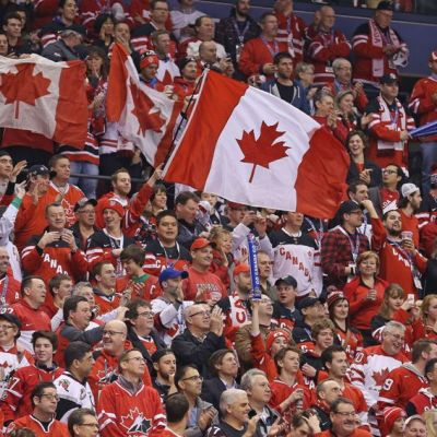 Kanadan kannattajat katsomossa.
