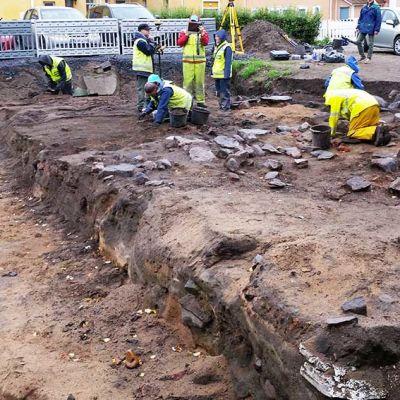 Lyseon pihan kaivaukset kesällä 2016. Vasemmalla oleva syvempänä näkyväänosaan on aikanaan tehty maansiirtoja, mutta vanhan pihanurmikon alla arkeologiset jäänteet ovat säilyneet.