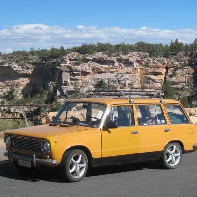 Keltainen Lada Grand Canyonilla.