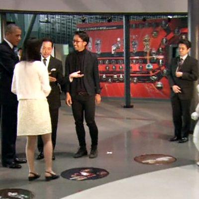 Robotti pelaa palloa Obaman kanssa.
