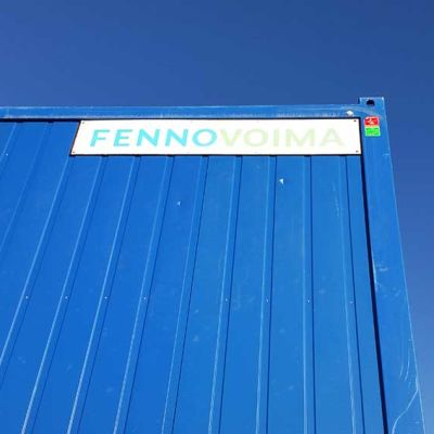 Fennovoiman kyltti Hanhikiven ydinvoimalan työmaatoimiston seinässä 14.9.2016.