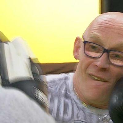 Juha Näsänen treenaa kuntonyrkkeilyä.