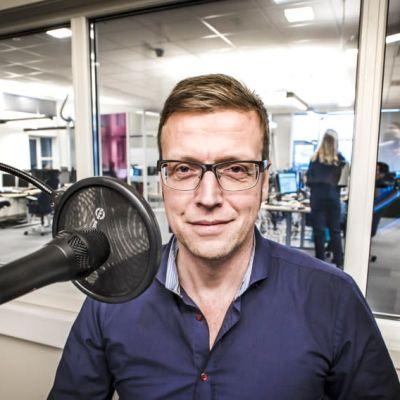 Bild på Morten Ruud i en radiostudio.