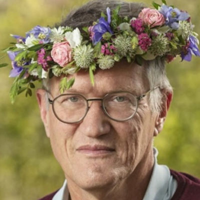 Sveriges statsepidemiolog Anders Tegnell i blomkrans.