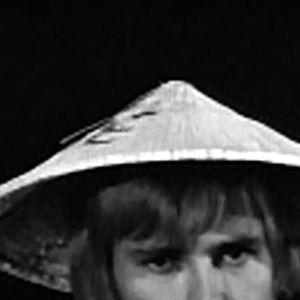 Eija-Elina Bergholm ja Jussi Helminen kertovat lapsille Vietnamista ja Vietnamin sodasta Mitä?-lastenohjelmassa 1970.