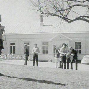 Lapsia ja nuoria puutalon edustalla Uudessakaupungissa