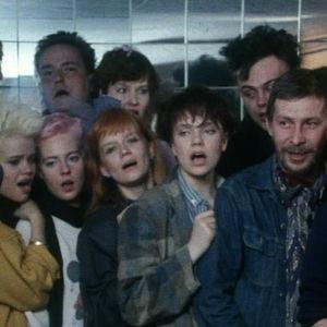 Apua! Orkesterin kuoro levyttämässä hyväntekeväisyyssingleä vuonna 1985.