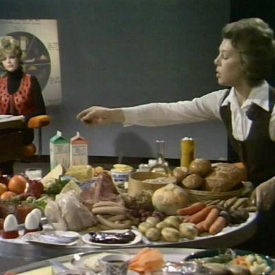 Tohtori Ritva Seppänen esittelee ruoka-aineita ohjelmassa Mitä syömme ja miten (1972)
