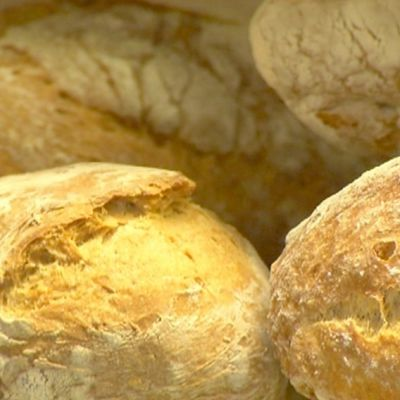 Bröd kan innehålla förvånansvärt många onödiga ingredienser som till exempel förlänger livslängen till det absurda. Bild: Cityportalen Ab/YLE