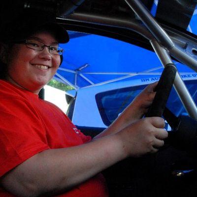 Sakke Aalto hymyilee auton ratissa.