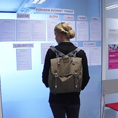 Nuori lukee työpaikkailmoituksia. Suomessa piilotyöpaikkoja löytyy usein enemmän kuin julkisesti avoinna olevia työpaikkoja.