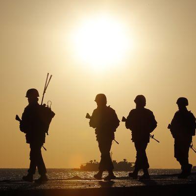 Eteläkorealaisia sotilaita marssii rannan vierellä.